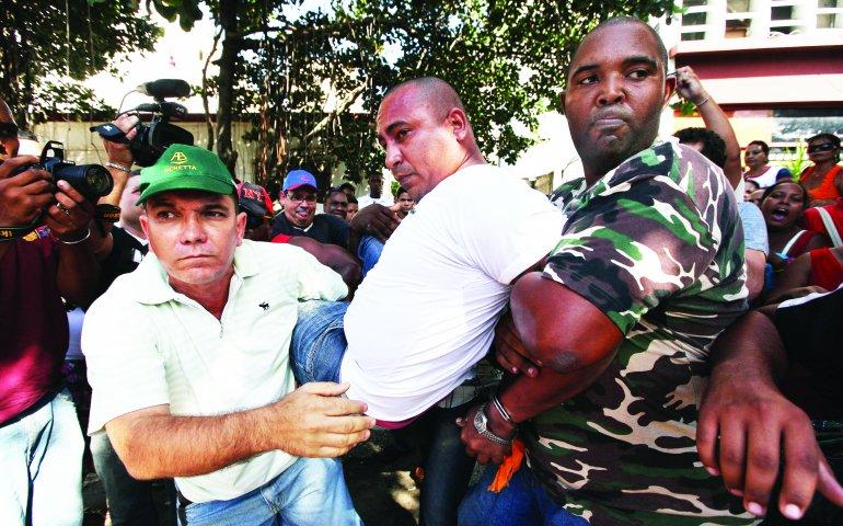 Un opositor cubano es arrestado mientras participaba en una marcha por los derechos humanos en La Habana.
