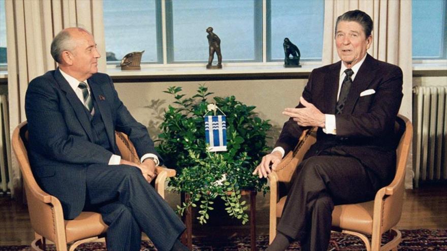 El entonces líder de la Unión Soviética (URSS), Mijaíl Gorbachov (dcha.), junto al presidente de EE.UU., Ronald Reagan, reunidos en Reikiavik, en 1986.