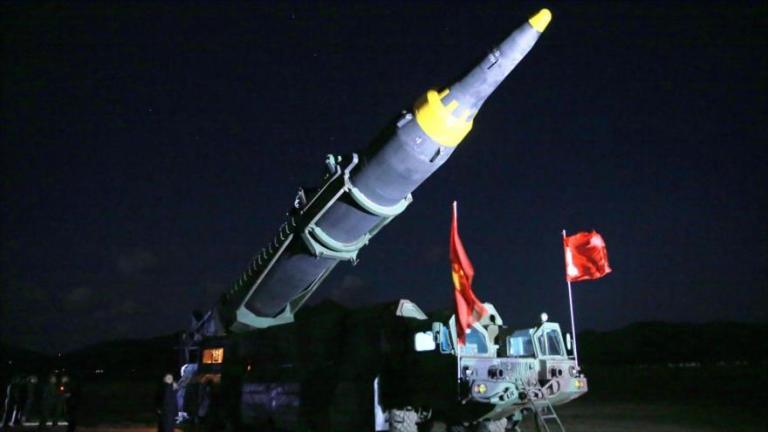 El líder norcoreano observa un misil balístico en un lugar desconocido, 14 de mayo de 2017.