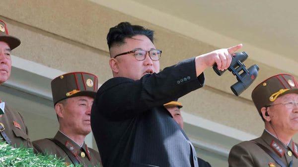 """""""Ese que está ahí tiene un Samsung 8"""", señala Kim Jung un, el supremo líder del norte, implacable con aquellos que contrabandean productos de Corea del Sur"""