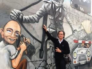 El prisionero 33 junto a los restos del Muro de Berlín