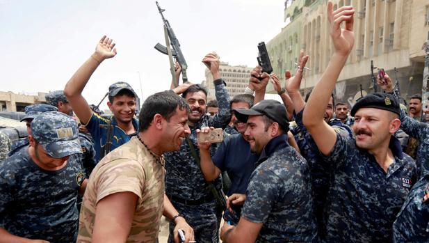 Miembros de la Policía Federal celebran la caída de Mosul entre las ruinas de la Ciudad Vieja