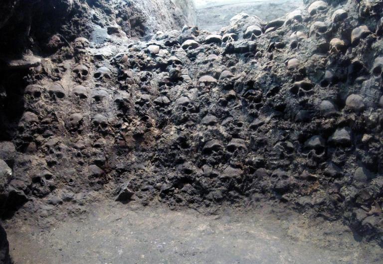Hallan calaveras de mujeres y de niños en el Gran Tzompantli de la antigua Tenochtitlán