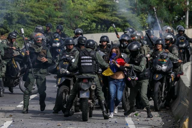 Al menos veinte uniformados rodearon a la joven. Fotografía de Miguel Gutiérrez para EFE