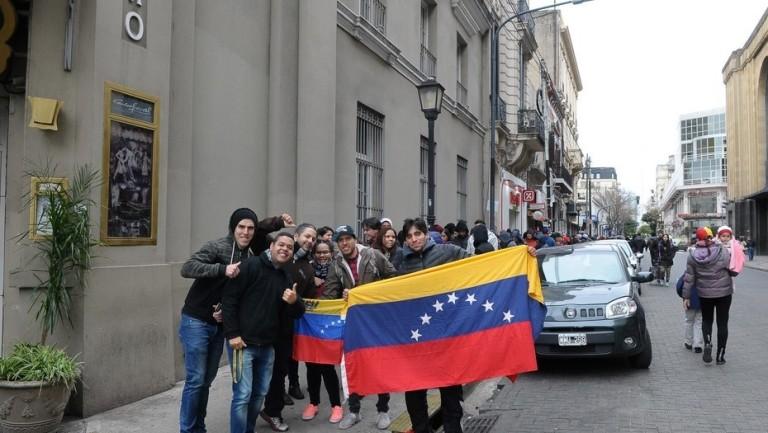Miles de venezolanos votan en Argentina la consulta promovida por la oposición