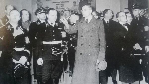 Ricardo Darré (centro, junto al hombre de civil) . A su izquierda, Heinrich Himmler