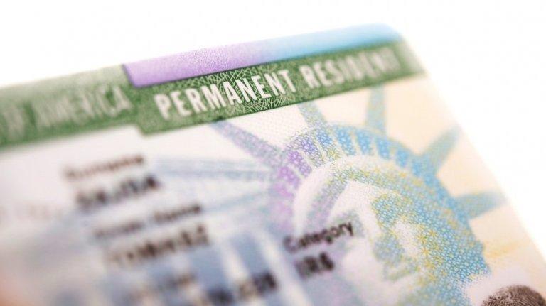 Estados Unidos concede al año alrededor de un millón de green cards o tarjetas de residencia permanente.