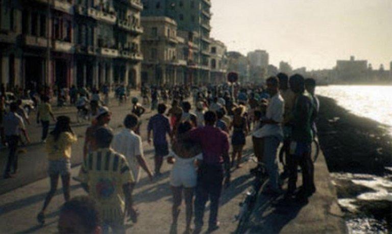 Decenas de miles de habaneros se reunieron se dirigieron al Malecón en agosto de 1994, acción que llevó al régimen a abrir las frontras de la isla y generar un éxodo masivo.
