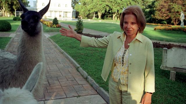 Hilda Duhalde y las mascotas de la Quinta, en febrero de 2002