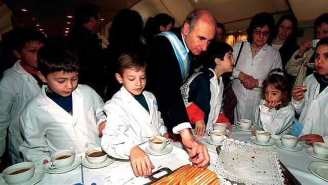Fernando De la Rúa con estudiantes, en Olivos, el 25 de mayo de 2001