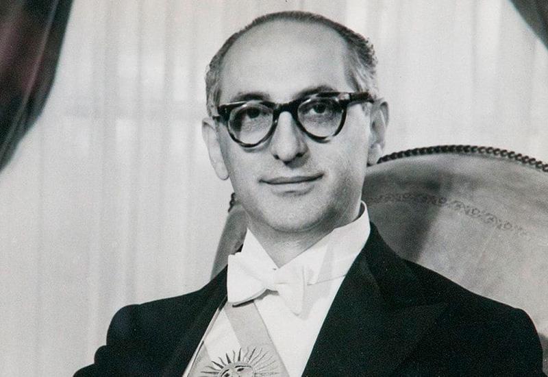 Al comienzo de la presidencia, Frondizi cumplió con su pacto y derogó algunos instrumentos de represión contra el peronismo y el movimiento obrero.
