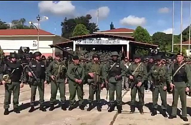 Desde el Fuerte Paramacay, presunto blanco del ataque, el comandante del Ejército, Suárez Chourio, agradeció a la GNB por el apoyo en la operación