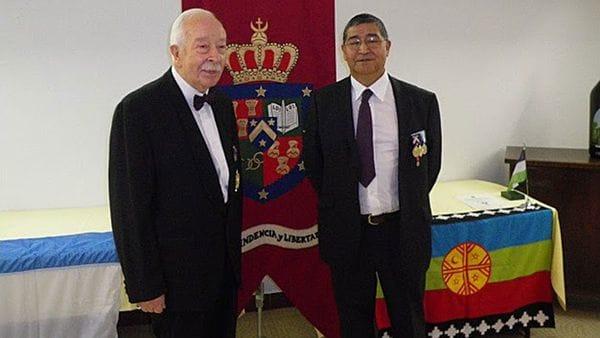 La monarquía mapuche en el exilio: el rey, Jean-Michel Parasiliti di Para o Príncipe Antoine IV, y Su Excelencia Reynaldo Mariqueo, Conde de Lul-lul Mawidha, a cargo de Asuntos Exteriores