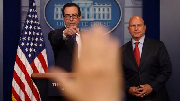 Las nuevas sanciones de EE.UU. contra el presidente Maduro fueron anunciadas por el secretario del Tesoro Steven Mnuchin (I) y el asesor de seguridad nacional H.R. McMaster/ Reuters