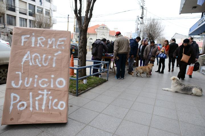 Jubilados dieron un ultimátum al gobierno y en calle Roca hay cola para firmar el juicio político a Alicia Kirchner
