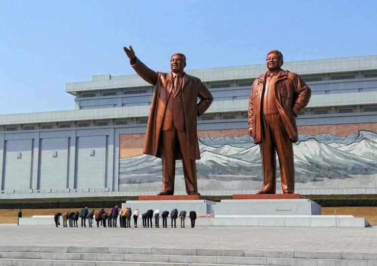 """""""La Dinastía Kim"""" -- Tres generaciones de dictadores """"billonarios"""" que han convertido a Corea del Norte en el peor país del mundo"""