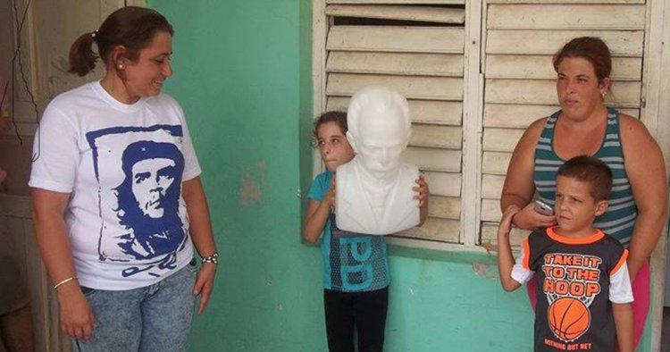 """Psicóloga """"millonaria"""" visita al niño que rescató el busto de Martí entre los escombros"""