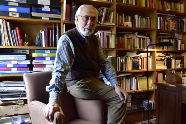 Santiago Kovadloff, en su escritorio.