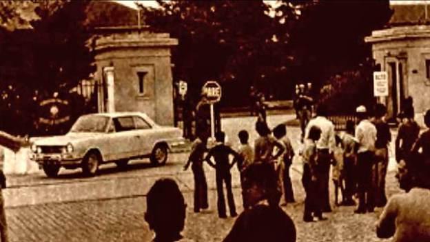 La entrada del Frente de la Guarnición Militar de Azul luego del ataque del 19 de enero de 1974