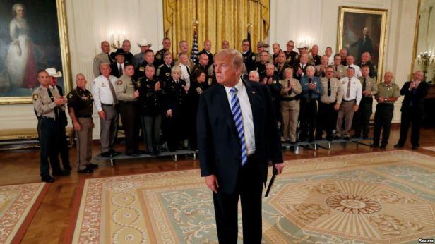 El presidente de EE.UU., Donald Trump, se acerca a periodistas para escuchar una pregunta sobre un artículo de opinión anónimo del New York Times después de un evento en el Salón Este de la Casa Blanca en Washington, el 5 de septiembre de 2018.