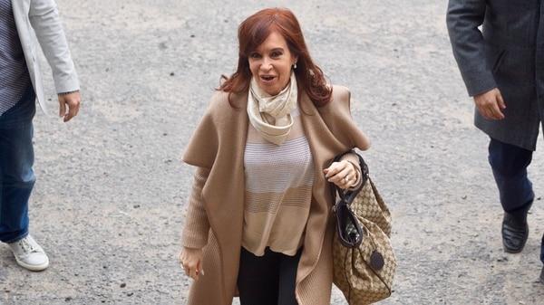 La ex presidente Cristina Kirchner en una de sus visitas a Comodoro Py