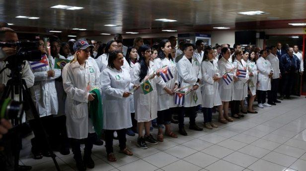 Foto de archivo ilustrativa de un grupo de médicos cubanos tras su llegada a La Habana desde Brasil (REUTERS/Fernando Medina)
