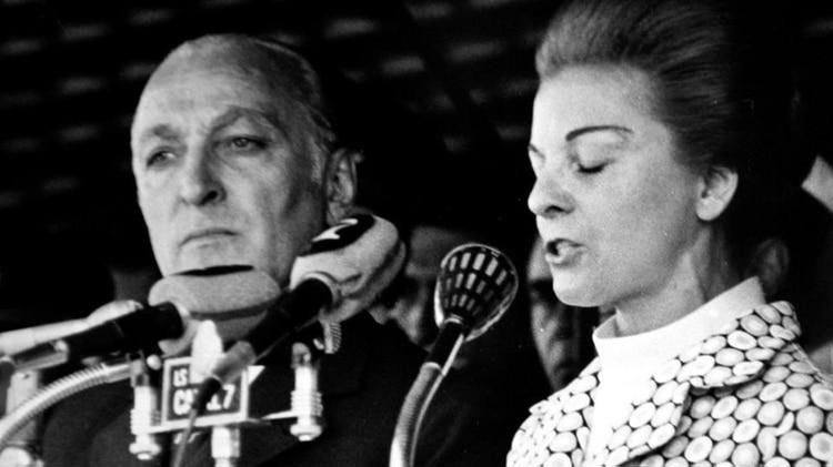 """En esos primeros crímenes Isabel Perón interpretó que el ERP estaba tratando de crear las condiciones para un golpe militar que acelerara la dinámica revolucionaria y acusó a los guerrilleros de ser """"mercenarios que asesinan hombres del Ejército Argentino, buscando provocar una reacción que pudiera obligar a sus camaradas a romper el estado constitucional"""""""