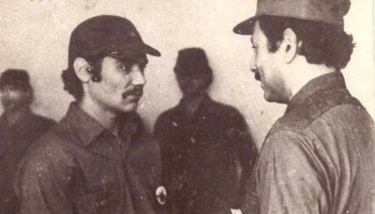 Roberto Santucho durante una ceremonia de condecoración a sus terroristas