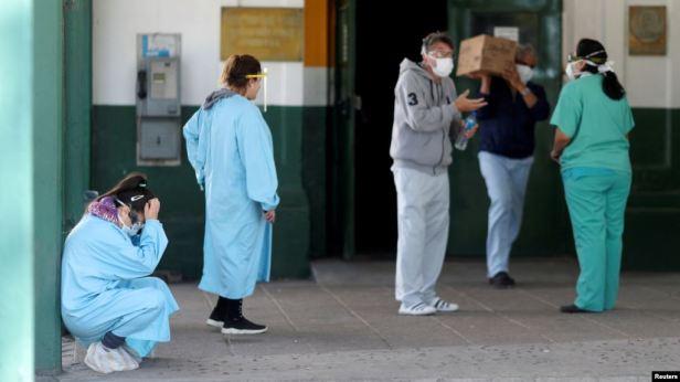 Personal médico en uno de los accesos al Hospital Manuel Belgrano, de San Martín, en las afueras de Buenos Aires (Foto: Agustín Marcarián/Reuters).