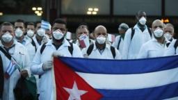 La delegación de médicos cubanos que viajó a Italia a su llegada a Milán. (AP Photo/Antonio Calanni)