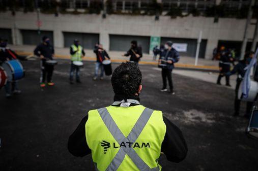 Los empleados de Latam Airlines organizan una protesta en un aeropuerto de Buenos Aires el 16 de julio.