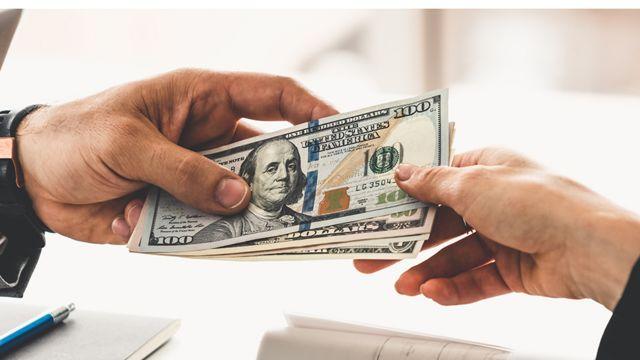 Dos personas intercambian dólares