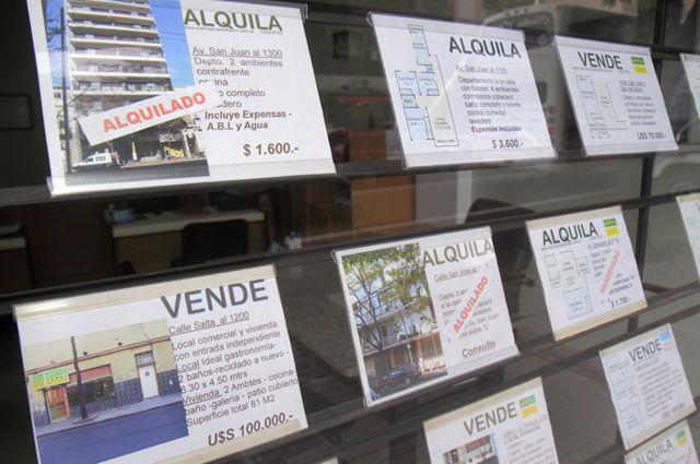 Carteles en una inmobiliaria argentina