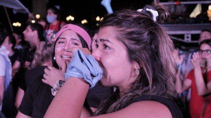Muchas jóvenes rompieron en llanto cuando se informó el resultado de la votación. Foto: Roberto Almeida.