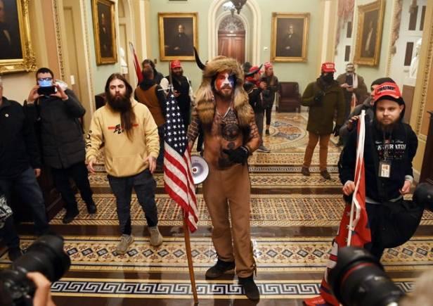 Los partidarios del presidente de los Estados Unidos, Donald Trump, ingresan al Capitolio de los Estados Unidos el 6 de enero de 2021 en Washington, DC.