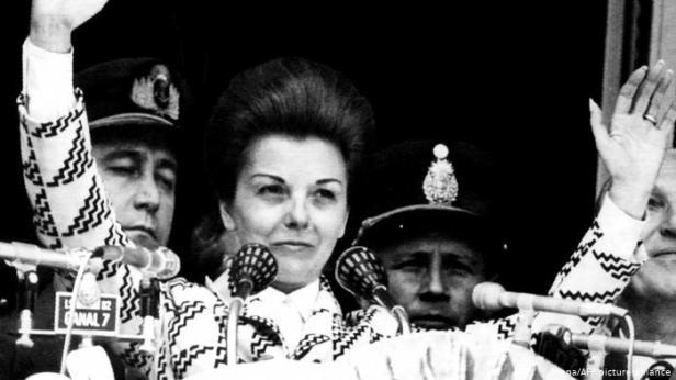 Isabel Perón pide al pueblo argentino que la apoye en el cargo.