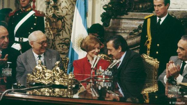 Isabel Perón y Raúl Alfonsín en 1984.