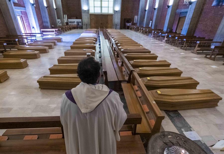 Soldados del ejército italiano se hacen cargo de 45 ataúdes en la iglesia de San Giuseppe en Seriate (Bérgamo), El Covid-19 en Italia, ha cobrado la vida de más de 83 mil personas desde marzo de 2020. (Efe) (100 millones de infectados)