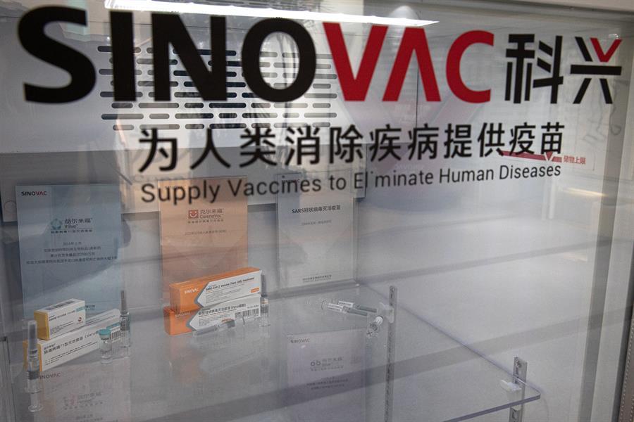 La vacuna para combatir el Covid-19 producida por el laboratorio chino Sinovac menos efectiva de lo que sugirió la compañía con anterioridad. Apenas cumple con el 50% necesario para la aprobación regulatoria. (Efe)