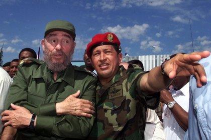 """""""La invasión consentida"""" analiza """"un fenómeno único, uno de los más peculiares en la historia de América Latina y de la geopolítica mundial"""": la sumisión voluntaria de un país a otro, a partir del estrecho vínculo entre Hugo Chávez y Fidel Castro. (AP)"""