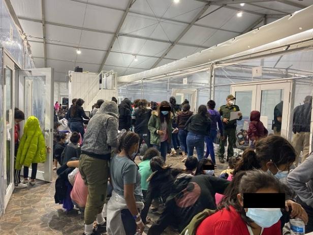 El representante federal Henry Cuellar (D-TX) publicó fotos filtradas de las instalaciones de la Patrulla Fronteriza en Donna, Texas, que muestran instalaciones superpobladas para niños migrantes.  (Foto: Congresista Henry Cuellar vía Axios)