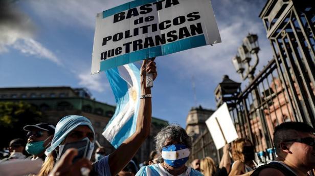 Argentinos protestan en las calles por el escándalo de las vacunas VIP |  Zona Cero