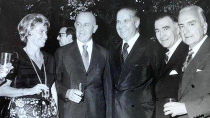 El Ministro del Interior, Benito Llambí, y su esposa Beatriz Haedo. A la derecha, Marcelo Sánchez Sorondo.
