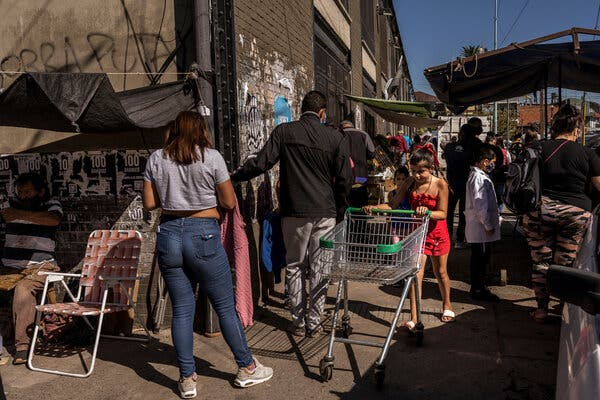 La gente hace fila para una prueba de Covid-19 en el barrio de la Sra. Huanca en el extremo sur de Buenos Aires.