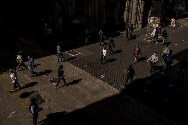 Una calle comercial de Buenos Aires.  El problema más pernicioso en Argentina sigue siendo la inflación, que afecta a empresas y hogares.