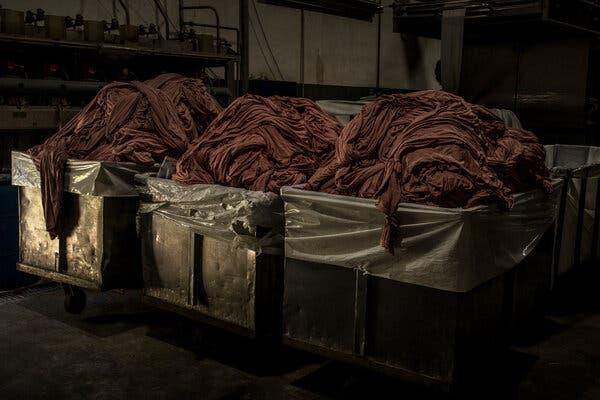 Tejido teñido en la fábrica de Texcom.