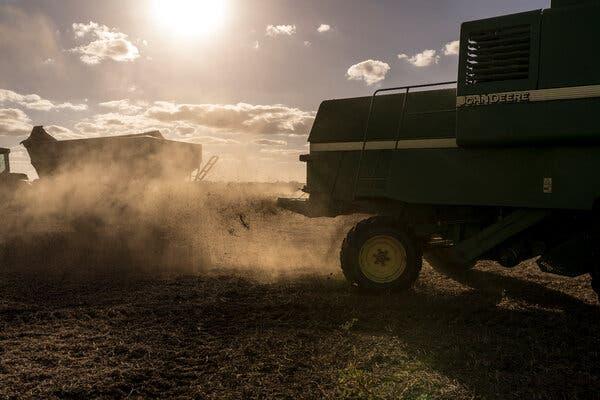 Se cosecha un campo de soja en San Pedro, en las afueras de Buenos Aires.  El gobierno argentino ha aumentado los impuestos a las exportaciones, incluida la soja, lo que enfurece a los ganaderos y agricultores.