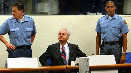 El criminal de guerra Slobodan Milosevic durante el juicio en La Haya. (AFP)