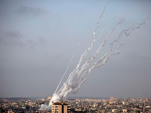 alrededor de 2900 cohetes fueron lanzados contra israel desde la franja de gaza, una operación denominada por los militares como guardianes de las murallas