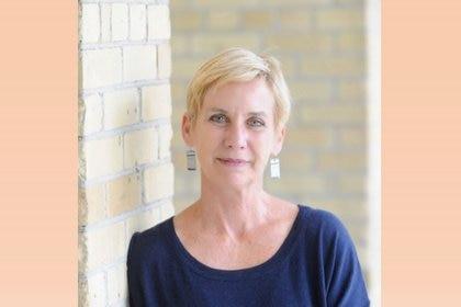 Kim Echlin dedicó 10 años a la investigación de esta novela y también recorrió Sarajevo y otras áreas donde se desarrolla.